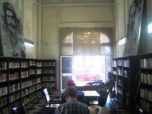 Soraira Magalhães - Há bibliotecas e bibliotecários em Cuba - imagem 8 - interior de uma pequena biblioteca em Havana Vieja