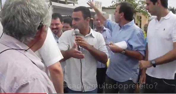 Prefeito Eduardo Paes joga lixo na rua