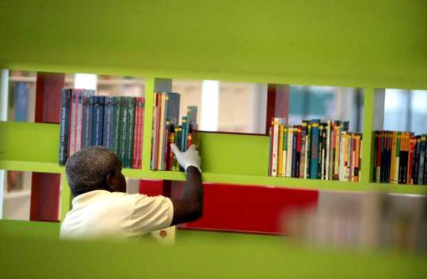 Trabalhador na Biblioteca-Parque Estadual do Rio de Janeiro. Foto: rj.gov.br.
