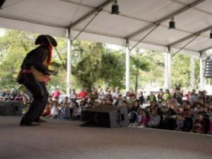 Antes do início da Flip, crianças de uma escola municipal se divertiram com apresentações na Tenda da Flipinha - Márcia Foletto / Agência O Globo