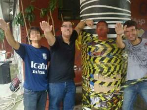 Calouro é preso a pilastra enquanto estudantes fazem saudação nazista Foto: Facebook / Reprodução