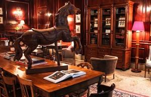 Outro destaque é o cavalo de carrossel todo em madeira que fica em cima de uma grande mesa cheia de livros. As cadeiras são francesas e de modelos variados (Foto: Divulgação)