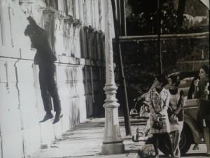 Estudantes observam aluno pulando da janela da biblioteca da Faculdade Nacional de Medicina (FNM) na Praia Vermelha. Acervo: Arquivo Nacional