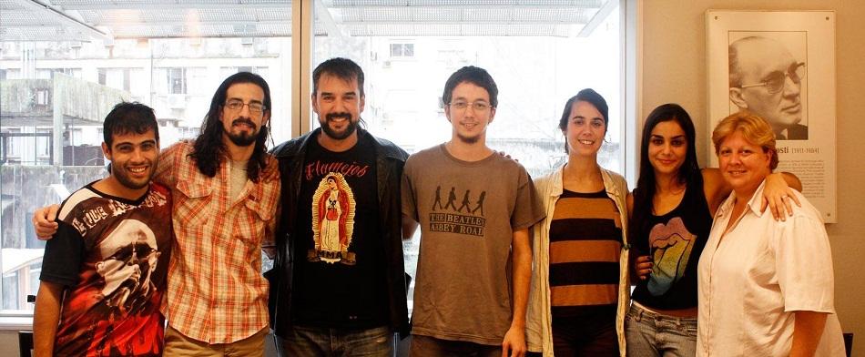 Parte da equipe que faz a Elba, com Yair Biela (primeiro da esq. para a dir.), Luis Sanjurjo (terceiro da esq. para a direita) e Silvina Prieto (primeira da dir. para a esq.). Imagem via En Los Bordes Andando