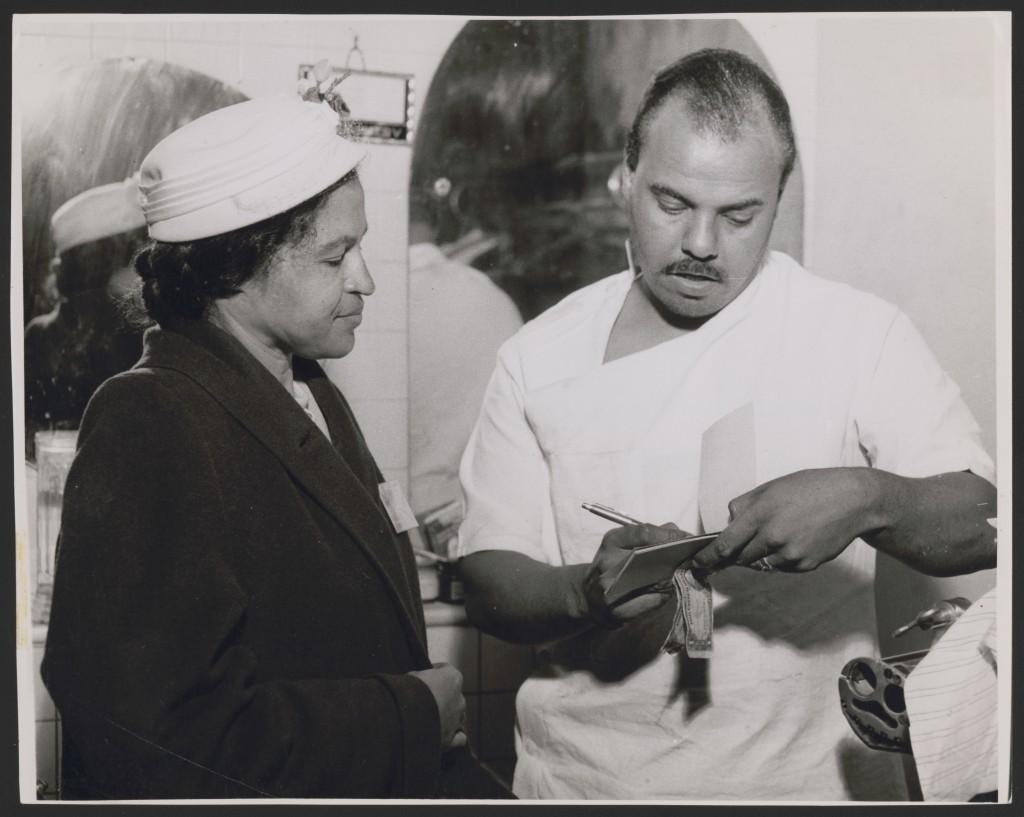 Rosa Parks recolhendo o pagamento de anuidade de membros do NAACP no valor de $ 2,00, provavelmente durante sua viagem a Los Angeles, California, (1956). Foto da McLain's Photo Service. – Foto: Library of Congress, cortesia de Rosa and Raymond Parks Institute for Self Development