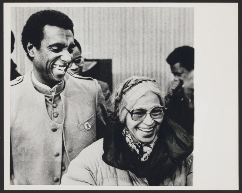 Ativista negro Kwame Toure (esquerda), mais conhecido como Stokely Carmichael, na Universidade de Michigan para discutir direitos civis em um fórum (1983). Rosa Parks (direita) em um momento descontraído com Toure – Foto: Library of Congress, cortesia de Rosa and Raymond Parks Institute for Self Development