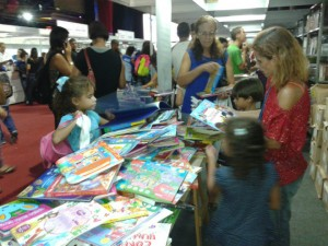 As crianças aproveitaram os livros nos stands. Foto: Luciana Rodrigues.