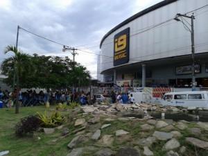 Atraso provocou uma enorme fila em frente ao local do evento. Faltou organização. Foto: Luciana Rodrigues