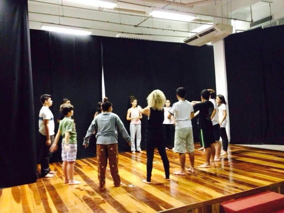 Jovens participam de oficina de teatro na Biblioteca Parque da Rocinha. Foto: Reprodução/Facebook