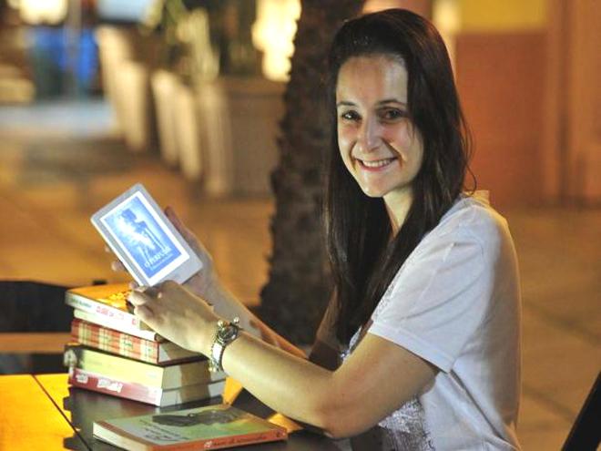 A publicitária santa-mariense Bruna Cipriani Luzzi, 27 anos, usa o e-reader Kobo desde 2013. Foto: Ronald Mendes / Agencia RBS
