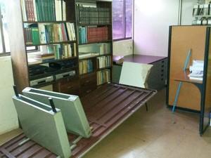 Mesa da biblioteca do Rurap ficou sem uso após chuvas dentro da sala (Foto: Wellinson Maximin/Arquivo Pessoal)