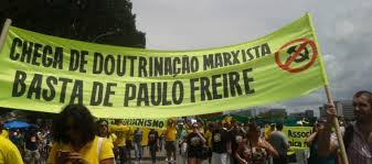 Faixa contra Paulo Freire
