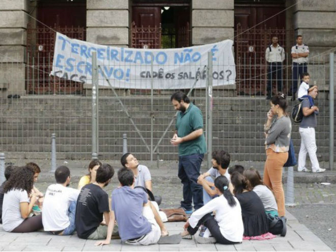 Os alunos apoiam a luta dos trabalhadores terceirizados. Foto: Pablo Jaco/Agência O Globo