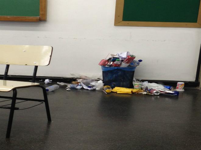 Lixo espalhado em sala de aula Foto: Rodolfo Targino/Revista Biblioo