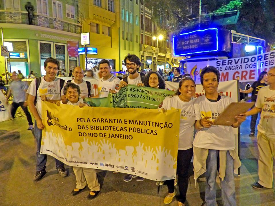 Movimento Abre Biblioteca Rio caminha em ato unificado na Av. Rio Branco, RJ. Foto: Hanna Gledyz.