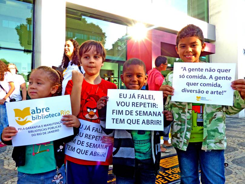 Crianças durante 1º ato do Movimento Abre Biblioteca Rio . Foto: Hanna Gledyz.