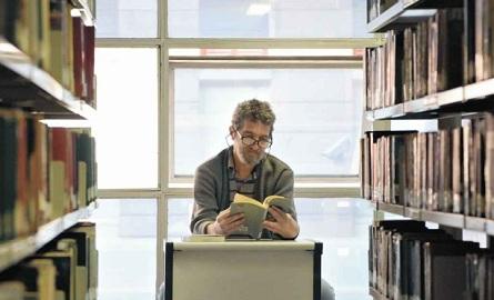 """""""Livros ajudam a viver, é uma espécie de biombo entre nós e a realidade que, às vezes, é insuportável"""" William César, comerciante, 66 anos"""