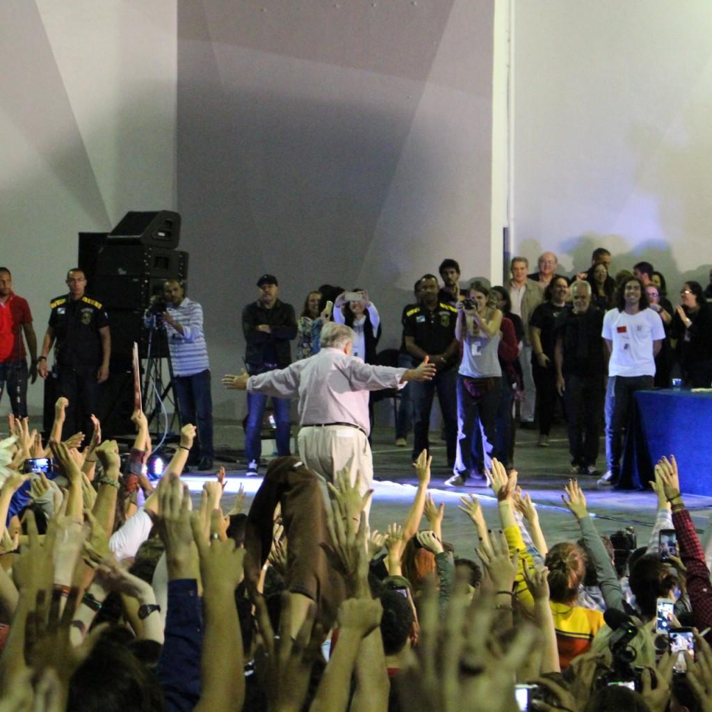 Mujica é ovacionado pelo público na Concha Acústica da UERJ. Foto: Chico de Paula / Agência Biblioo