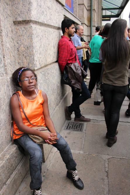 Débora num momento de descanso na fila pra ver a exposição. Foto: Chico de Paula / Agência Biblioo