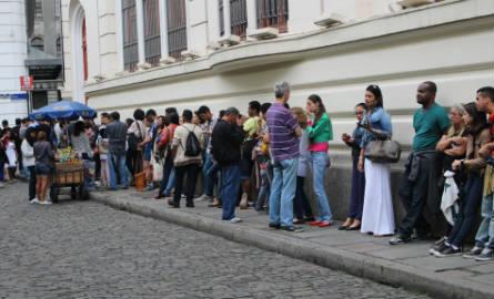 A espera foi por mais de quatro horas no último dia da exposição. Foto: Chico de Paula / Agência Biblioo