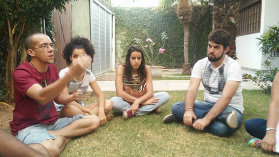 Jovens participam de um sarau em prol da Biblioteca Pública de Custódia, na casa de Daniel Marinho.