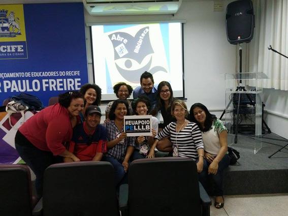 Leônia Simões (de listrado) e o grupo de apoio ao Abre Biblioteca Custódia durante o Fórum Pernambucano em Defesa das Bibliotecas, Livro, Leitura e Literatura.