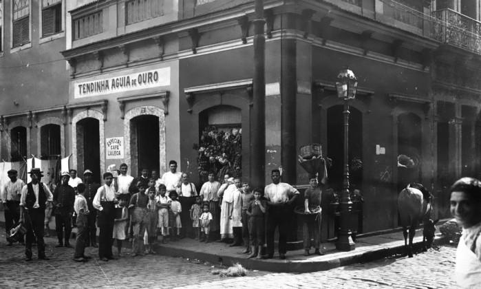 A Tendinha Águia de Ouro, que ficava na Rua General Câmara com a Praça General Osório, que deram lugar à Avenida Presidente Vargas - Divulgação/MIS/Coleção Augusto Malta