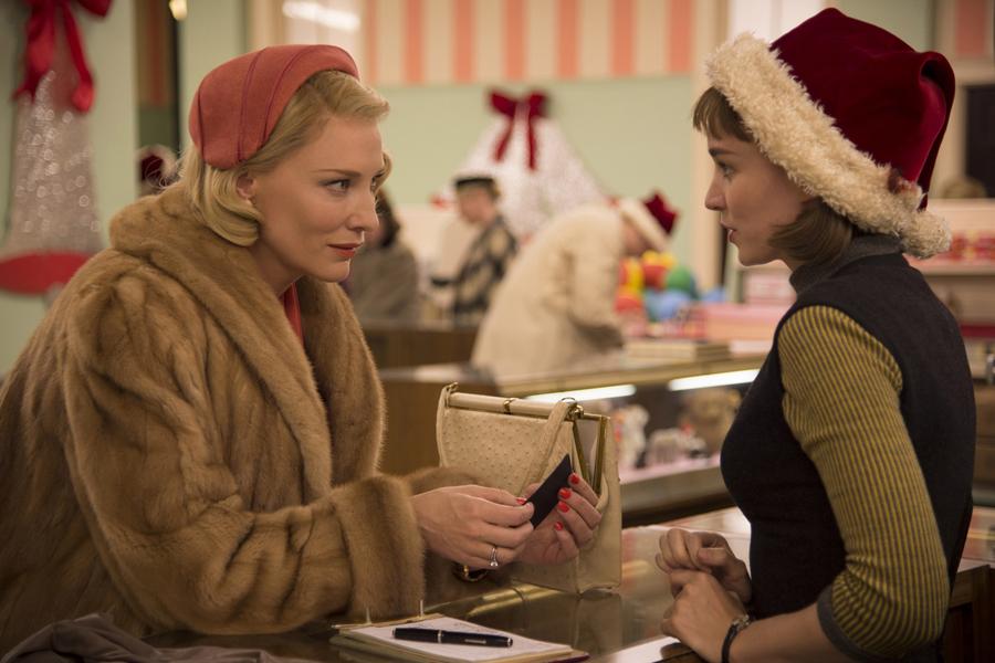 Cena de Carol (2015) estrelada por Cate Blanchett e Rooney Mara. Foto: reprodução.