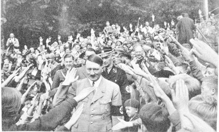 Adolf Hitler recebido com a tradicional saudação nazista na Alemanha em 1933 / Arquivo O Globo