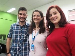 Professora ajudou os estudantes a fazerem livro de realidade aumentada. Foto: Mariane Rossi/G1.