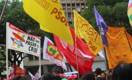 Bandeiras de diversos partidos e correntes tremularam no céu do Centro do Rio. Foto: Chico de Paula / Agência Biblioo